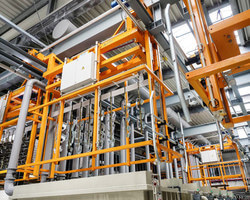 The high performance rack galvanizing is able to coat larger components with a high throughput. (Image: Dörken)