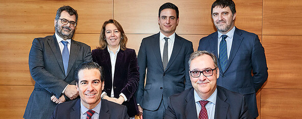 Photo caption: From left to right, ICO President Pablo Zalba and ACCIONA Managing Director for Economics and Finance Carlos Arilla along with other executives from both entities who have negotiated the loan for Mt. Gellibrand Wind Farm. (Image: ACCIONA)