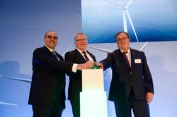 The partners pressed the green button to mark the opening: Mohamed Jameel Al Ramahi (CEO of Masdar)(left), Eldar Sætre (CEO of Statoil) and Steinar Bysveen (EVP Wind, District heating and Projects at Statkraft). (Photo: Ole Jørgen Bratland)