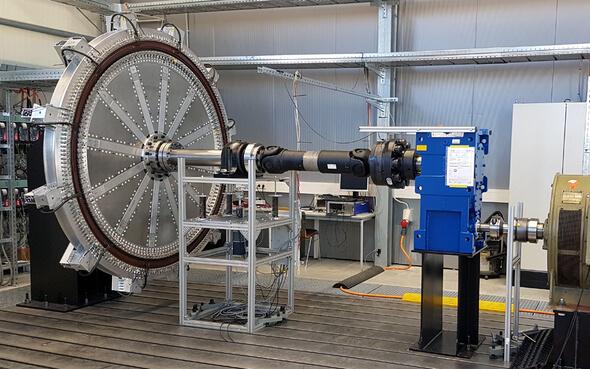 Der Demonstrationsgenerator auf dem Teststand. Rechts ist der zum Antrieb genutzte Motor zu erkennen. (Bild: © Fraunhofer IWES)