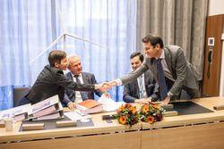 Auf dem Foto der Vertragszeichnung: Sandra Graues Nielsson, BU Onshore-Wind Vattenfall, Peter Smik, CEO Nuon, José Luis Blanco, CEO Nordex SE, Patxi Landa, CSO Nordex SE (Bild: Nordex)