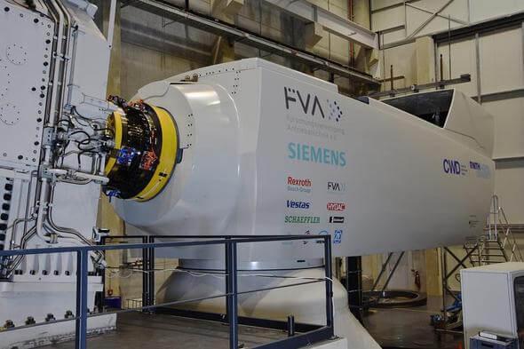 Der Aachener Prüfstand mit der Forschungsgondel der Forschungsvereinigung Antriebstechnik e. V. auf der rechten Seite und dem PTB Drehmomentsensor zwischen den beiden gelben Flanschen. (Bild: PTB)