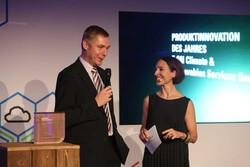 Preisübergabe in Hamburg: E.ON-Projektdirektor Holger Mattiesen mit Moderatorin Andreas Thilo (Bild: E.ON)