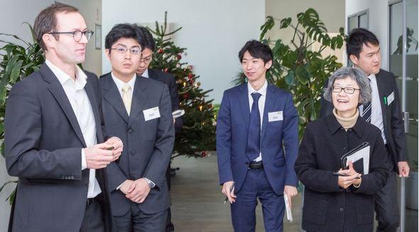 Beim Rundgang durch die e2m-Geschäftsräume erhielt die japanische Delegation von Marc Uhlig, Manager für Internationale Märkte, ganz praktische Einblicke in den Betrieb und die Vermarktung dezentraler Energieanlagen. (Bild: e2m)