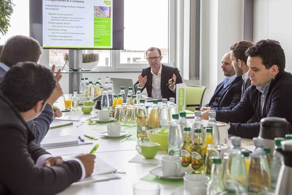 Marc Uhlig, Manager für internationale Märkte bei e2m, erläutert, wie mithilfe des Virtuellen Kraftwerks dezentrale Anlagen in den Energiemarkt eingebunden werden können. (Bild: e2m)