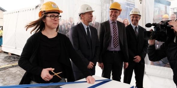 Taufzeremonie für die Arkona-Topside: Romana Hartke, leitende Mitarbeiterin des Joint Venture aus E.ON und Statoil, kappt das Band der Champagnerflasche. (Bild: E.ON)