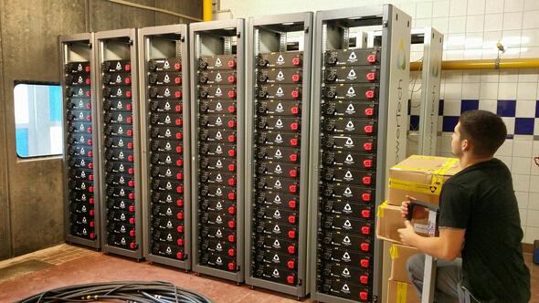 Installation des Batteriespeichersystems auf Borkum (Bild: © Foto Fraunhofer ISE)