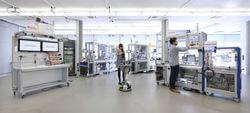 Die Module der Industrie 4.0-Anlage des SmartFactoryKL-Partnerkonsortiums verteilen sich auf drei Fertigungsinseln, um eine flexible Produktion zu ermöglichen. (Bild:  ©SmartFactoryKL / A. Sell)