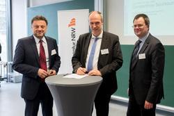 Sie haben mit der Absichtserklärung die weitere enge Zusammenarbeit besiegelt: Constantinos Sourkounis, Andreas Ostendorf und Jan Wenske (von links) (© RUB, Kramer) RUB)