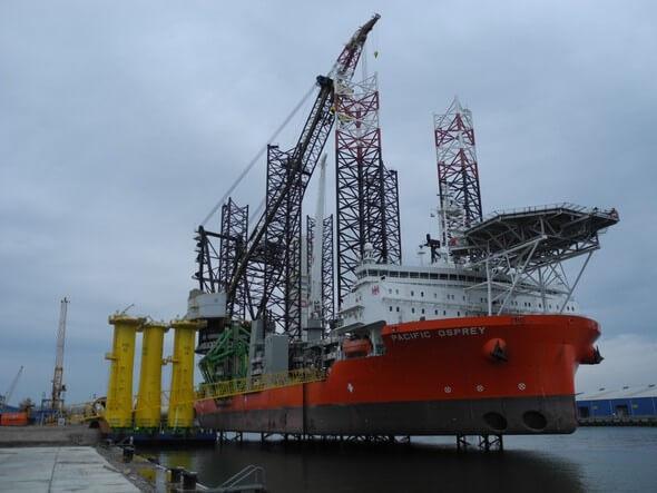 """Das Schiff """"Pacific Osprey"""" vor dem Beladen der Fundamente. (Foto: EnBW)"""