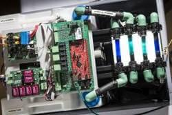 """Das am KIT entwickelte Batterie-Management zum dezentralen Überwachen und Regeln von Redox-Flow-Batterien macht einen einfachen """"stand alone""""-Betrieb möglich. (Foto: Markus Breig, KIT)"""