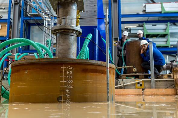 Für einen aussagekräftigen Test ist entscheidend, dass der Stahlzylinder absolut gerade eingebracht wird. (Bild: © Pascal Hancz)