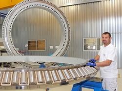 Bild 2: Die Nautilus-Lager von SKF erlauben äußerst kompakte und damit letztlich auch verhältnismäßig leichte Turbinen- und Gondel-Konstruktionen, was die Installations- und Gesamtkosten senkt. (Bild: SKF)