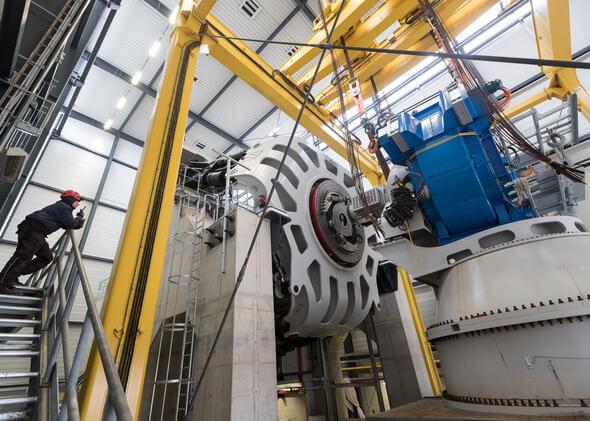 Der kompakte Generator wird an der Stewart-Plattform angedockt, um die Lasten der Rotorseite dynamisch einzuleiten.  (Bild: Fraunhofer IWES, Jan Meier)