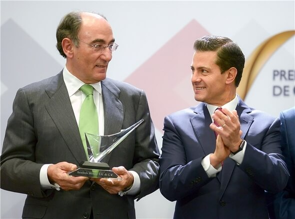 Ignacio Galán receives the award from Enrique Peña Nieto (Image: Iberdrola)