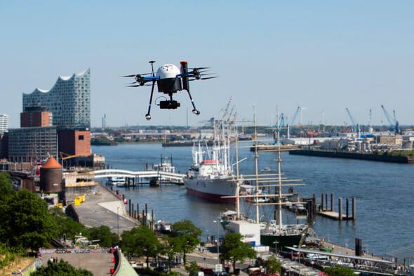 UAV vor Kulisse des Hamburger Hafens (Bild: Jan Brandes)