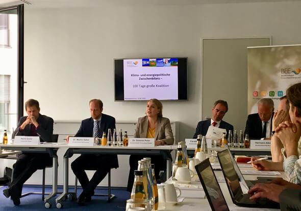 """Pressekonferenz """"Klima- und energiepolitische Zwischenbilanz"""" (v.l. Horst Seide, Dr. Martin Sabel, Dr. Simone Peter, Carsten Körnig, Hermann Albers) (Bild: BEE)"""