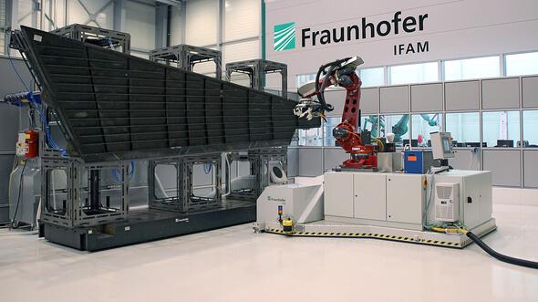 Mobiler hochgenauer Bearbeitungsroboter zur flexiblen Bearbeitung von Großstrukturen, hier das Seitenleitwerk eines Airbus 320. (Bild: Fraunhofer IFAM)