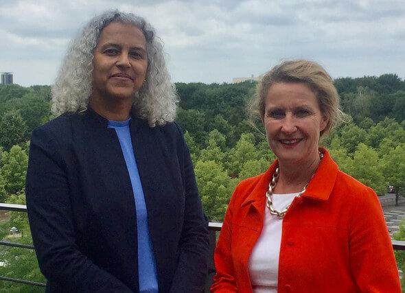 Die Botschafterin von Kap Verde Jaqueline Maria Duarte Pires Ferreira Rodrigues Pires mit Staatssekretärin Heike Raab (Bild: Land Rheinland-Pfalz)