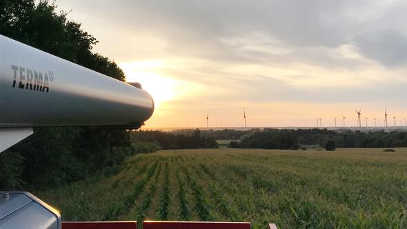 Ein radargesteuertes System in einem deutschen Windpark schaltet das Leuchtfeuer an den Windturbinen automatisch ein und aus, wenn sich Flugzeuge in der Nähe befinden. (Photo: Terma A/S)