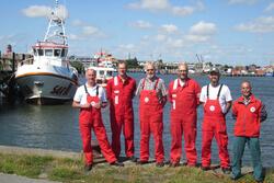 Nach der erfolgreichen Suche nach zwei vermissten Seeleuten von einem Vermessungsschiff am 18.7.18 trafen sich die Besatzungen des Seenotrettungskreuzers THEODOR STORM / Station Büsum und des Seenotrettungsbootes PAUL NEISSE / Station Eiderdamm in Büsum*.
