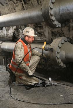 700 bar Druck aus der Handpumpe verwandelt ein neuartiger Flanschspreizer in 14 Tonnen Spaltkraft zum Trennen und Ausrichten von Rohrleitungen (Bild: Atlas Copco)