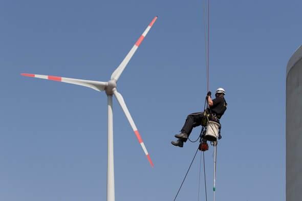 Regelmäßige Inspektionen der Rotorblätter stellen sicher, dass evtl. vorhandene Schäden an der Anlage frühzeitig erkannt und behoben werden (Bild: © Enertrag WindStrom GmbH)
