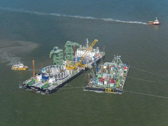 Das Foto zeigt zwei Kabelverlegeschiffe beim Umspulen mehrerer Kilometer Seekabel von einem auf das andere Schiff.  (Bild: TenneT)