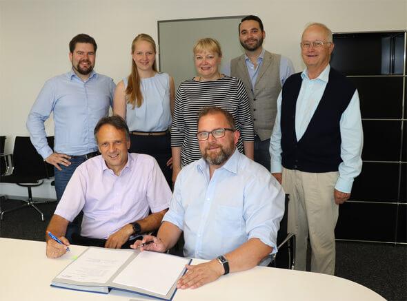 Unterzeichnen des Service-Vertrages am 09.08.2018 (Bild: Stadtwerke Lingen GmbH, Öffentlichkeitsabteilung)