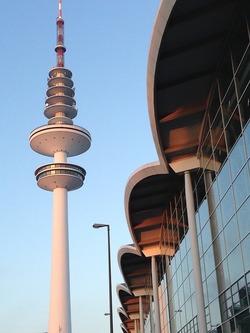 Die Messehallen in Hamburg befinden sich direkt neben dem Heinrich-Hertz-Turm (Bild: Pixabay)