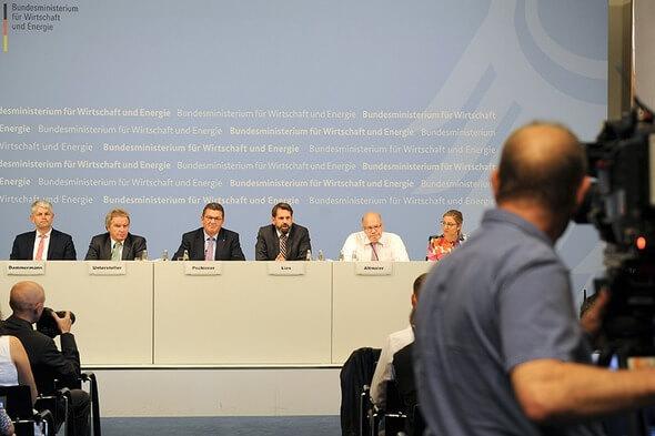 Bundesminister Peter Altmaier bei der Pressekonferenz mit Vertretern der Bundesländer zum Netzgipfel (Bild: BMWi/Susanne Eriksson)