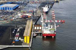Niedersachsens Seehäfen sind Spezialisten sowohl für die logistische Abwicklung von Onshore-Windenergieanlagen als auch von Offshore-Projekten. Verladung von Transitionpieces und Monopiles am LP 4 in Cuxhaven (Bild: Cuxport GmbH)