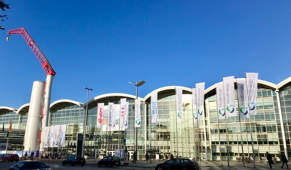 In den Messehallen in Hamburg trifft sich zur Zeit alles, was in der Windbranche Rang und Namen hat (Bild: K. Radtke)