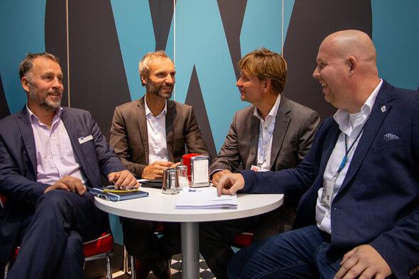 Vertragsunterschrift mit Saxovent auf der WindEnergy. V.li: Boy Kliemann & Matthias Brandt (Deutsche Windtechnik), Carsten Paatsch (Saxovent), Steffen Schroth (windpunx) (Bild: Deutsche Windtechnik)