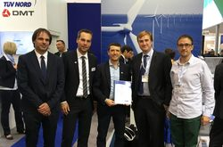 Zufriedene Gesichter zur Zertifikatsübergabe auf der WindEnergy Hamburg 2018 (Bild: TÜV NORD)