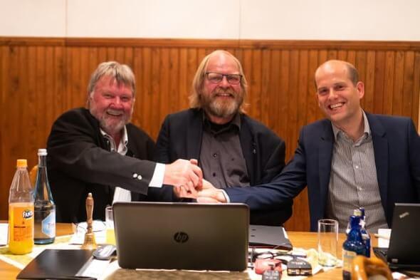 Vertrag für die Energieversorgung der Zukunft: Energie des Nordens-Geschäftsführer Jan-Martin Hansen und Reinhard Christiansen mit Greenpeace Energy-Vorstand Sönke Tangermann (re.) (Bild: Levke Jannichsen für Energie des Nordens)