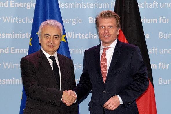 Der Parlamentarische Staatssekretär Thomas Bareiß (r.) mit Dr. Fatih Birol, Exekutivdirektor der Internationalen Energieagentur (IEA) (l.) (Bild: BMWi)