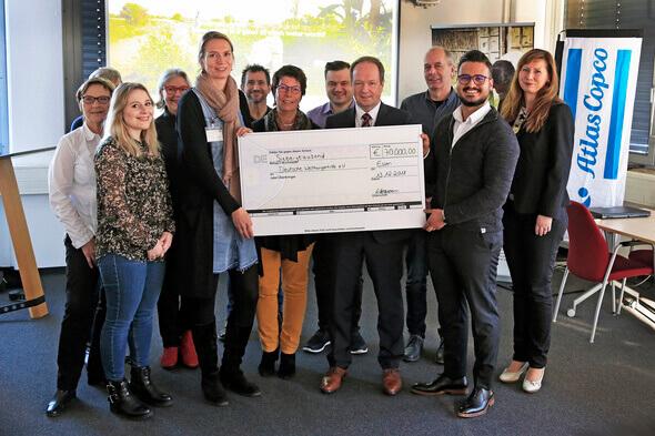 Antje Blohm, Vertreterin der Deutschen Welthungerhilfe, nahm von Atlas-Copco-Mitarbeitern eine Spende in Höhe von 70.000 Euro entgegen und freut sich sehr über die große Zuwendung (Bild: Atlas Copco Holding)