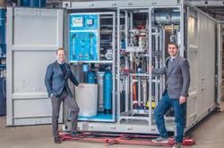 Die Produktion bei H-TEC SYSTEMS läuft: Die Geschäftsführer Frank Zimmermann und Dr. Joachim Herrmann (von links) gewähren einen Einblick in einen im Bau befindlichen PEM-Elektrolyseur aus der Serie ME 100/350 (Bild: H-TEC SYSTEMS)
