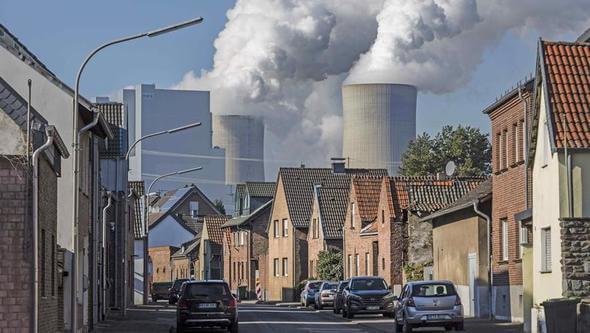 Das Braunkohlekraftwerk Neurath muss nach Berechnungen der Umweltschutzverbände teilweise stillgelegt werden. (Bild: Bernd Lauter / Greenpeace)