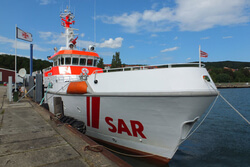 Der Seenotrettungskreuzer HARRO KOEBKE am Liegeplatz an der Westmole im Hafen Sassnitz (Archivbild). Hier wurden die Verletzten erstversorgt (Bild: DGzRS)