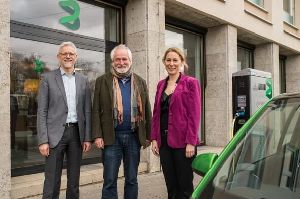 Gemeinsamer Einsatz für nachhaltiges Bauen: Stefan Weber (Vorstandsmitglied der UmweltBank), Stefan Klinkenberg (Vorsitzender des Umweltrats der Bank) und Dr. Christine Lemaitre (geschäftsführender Vorstand der DGNB) (v.l.n.r.) (Bild: UmweltBank)