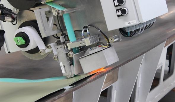 Der auf der JEC WORLD 2019 vom Fraunhofer IFAM präsentierte Endeffektor ermöglicht eine hochpräzise automatisierte Ablage von Klebfilmen u.a. auf Aluminiumblechen (Bild: Fraunhofer IFAM)