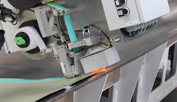 The end-effector that will be presented by Fraunhofer IFAM at JEC WORLD 2019 allows automated high-precision placement of adhesive film on, for example, aluminum sheets (Image: Fraunhofer IFAM)
