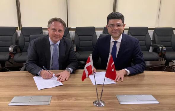 Botschafter Svend Olling unterzeichnet die Vereinbarung mit dem Vorsitzenden der Generaldirektion für Energiefragen, Murat Zekeriya Aydin (Bild: DEA)