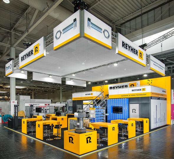 An seinem Messestand auf der Industrial Supply erklärt REYHER die Möglichkeiten des Rapid Prototypings in der Fügetechnik (Bild: REYHER)