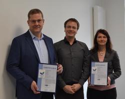 v.l.: Michael Raschemann (Geschäftsführer Energiequelle GmbH), Robert Kausmann (Referent für Energie der Industrie- und Handelskammer Potsdam), Anke Möbis (Referentin Zertifizierung der Energiequelle GmbH) (Bild: Energiequelle)