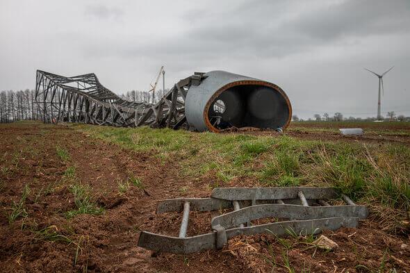 Der Gittermastturm der Vestas V47 nach der Sprengung im Windpark Blender (Bild: Deutsche Windtechnik)