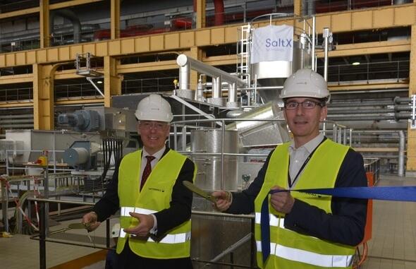 Harald Bauer, CEO SaltX Technology (links), und Markus Witt, Projektsponsor für den Salzspeicher bei Vattenfall, heute bei der offiziellen Inbetriebnahme der Pilotanlage (Bild: Vattenfall)