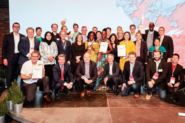 "Die Gewinner und Finalisten des SET Award 2019 beim Abendempfang des ""Berlin Energy Transition Dialogue"" am 9. April in Berlin (Foto: dena/Pedro Becerra)"